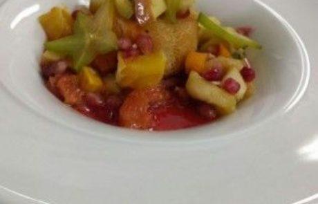 סלט פירות חם בשלהבת מוגש על אטריות קדאיף
