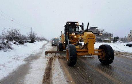 פועלים לפילוס השלג בכבישי הצפון