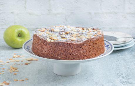 עוגת תפוחים מתובלת עם טופי קרמל מלוח