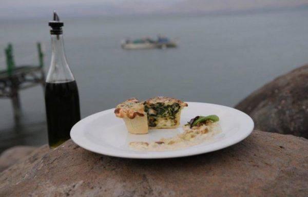 מאפה תרד עם גבינת רוקפור וצנוברים ברוטב שמנת עם חצילים ושקדים