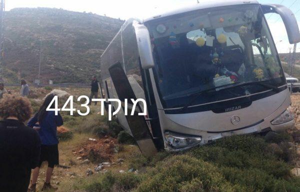 אוטובוס ילדים פגע במעקה בטיחות בקרבת מגדלים