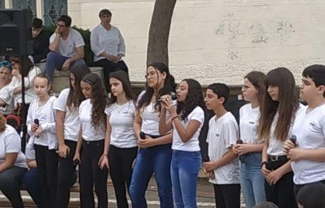 בכל שנה הדמעות חונקות יותר: נוער מאריאל הצליח לצמרר בטקס לזכרון השואה והגבורה