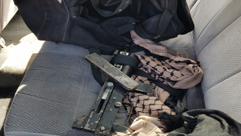 שלושה חשודים נעצרו לאחר שנתפסו ברכב בו הוסתר רובה מסוג קרל גוסטב