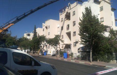 בן 4 נפצע באורח קשה לאחר שמנוף פגע במרפסת ביתו