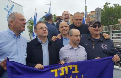 אבי נעים במשט תמיכה בישראל מול חופי ניו יורק