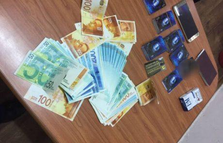 חשד הונו בכרטיסי חיוב משוכפלים ומשכו סכומי כסף גדולים