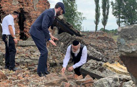עצמות של יהודים שנרצחו בשואה צפות בפולין  אחרי הגשם