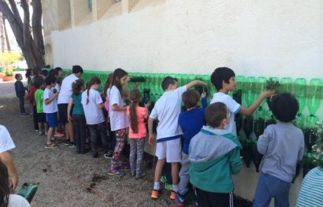 תלמידי רמת השרון  מצמיחים קיר ירוק  אכיל