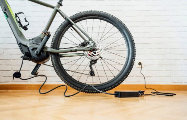 המדריך להטענת אופניים וקורקינטים חשמליים בבית
