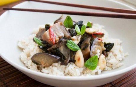 תבשיל חצילים ואצות ברוטב חריף-מתוק