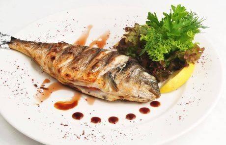 דג ישראלי שלם על האש ודג ישראלי טרי שלם בתנור